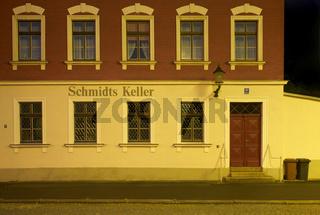Hausfassade bei Nacht