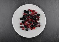 Beerenobst auf Teller und Schiefer - Berries with plate on shale