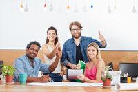 Startup Team hält die Daumen hoch