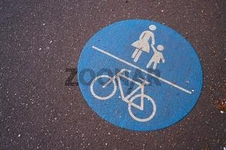 Radfahrer und Fußgänger