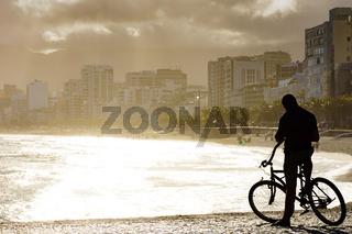 Cyclist in front de beach