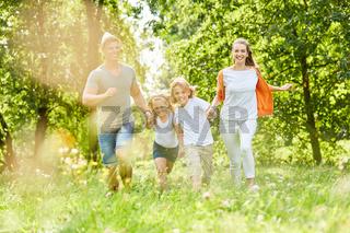 Familie hat Spaß in der Natur im Frühling