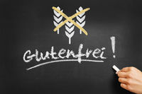 Hand schreibt glutenfrei an Tafel