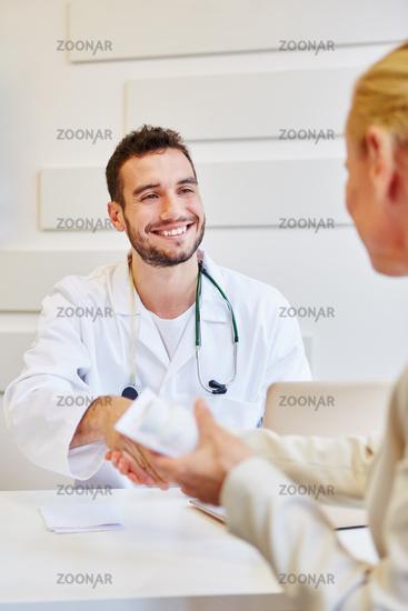 Patientin bedankt sich mit Handschlag