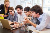 Erfolgreiches Start-Up Team mit Laptop