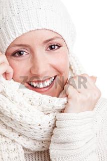 Lachende Frau im Winter