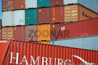 beschaedigter Container, Gueterbahnhof in Ulm, Baden-Wuerttemberg, Deutschland / damaged container, freight depot near Ulm, Baden-Württemberg, Germany