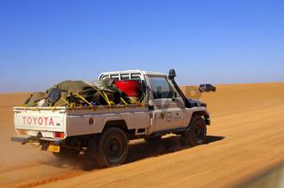 Geländefahrzeug auf einer Wüstenpiste, Sahara