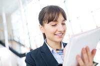 Junge Frau als Trainee arbeitet mit dem Tablet