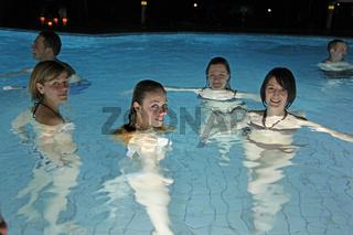 6 Badegaeste bei Nacht im Aquatoll Solebecken Auss