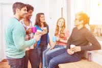 Gruppe Studenten beim Kaffee trinken in Pause
