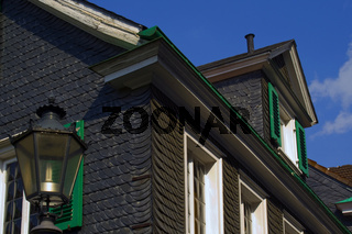 Altes Schieferhaus mit Laterne