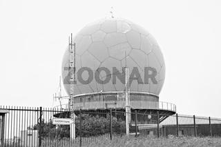 Zeitzeugniss des kalten Krieg die ehemalige Radarkuppel auf der Wasserkuppe Rhön schwarz-weiss