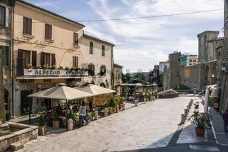 Pitigliano auf Felsen, schmale hohe Häuser gebaut, Toskana, Italien