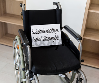 Ein leerer Rollstuhl steht vor einer Schrankwand