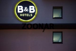 B und B Hotel am Abend