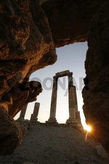 Die Ruinenanlage in der Zitadelle auf einem Huegel mitten im Zentrum der Jordanieschen Hauptstadt Amman