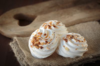 Meringue with toasted almonds