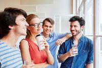 Kollegen in Start-Up machen eine Kaffeepause