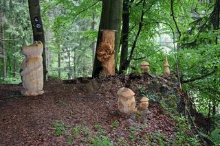 Holzfiguren im Wald