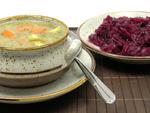 Mahlzeit bestehend aus Gemüseeintopf und Rotkohl