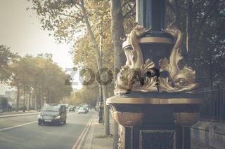 Goldene Fische, Verzierungen, an einer Straßenlaterne in London, England, Großbritannien.