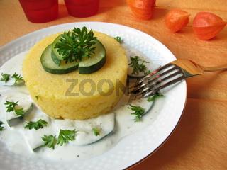 Polenta-Türmchen mit Zucchini-Frischkäse
