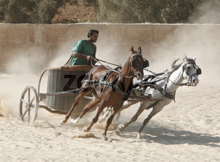 Roemer in Ruestung waehrend einer Show ueber die Roemerherrschaft im Hippodrome von Jerash im norden von Jordanien