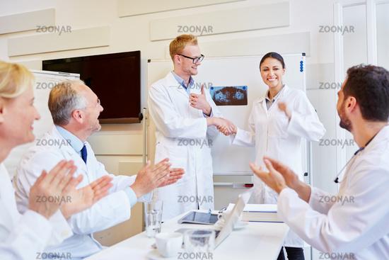 Ärzte klatschen und gratulieren Referentin
