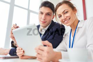Junge Kollegen am Tablet PC