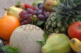 Obst, Fruechte, ananas, blaue trauben, apfelsine, melone, banane, birne, kiwi, fruits, orange, melone, bananas, grapes, vitamine, vitamins,