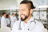 Junger Mann in der Ausbildung zum Arzt