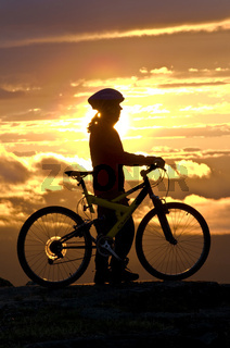 mountainbikerin in der mitternachtssonne, gaellivare, lappland, schweden, female downhill cyclist at midnight sun, lapland, sweden