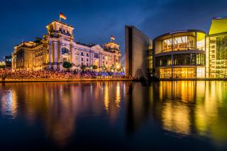 Reichstag in Berlin am Abend