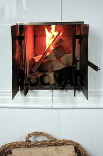 schwedischer Kachelofen, Brennraum mit Feuer