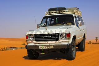 Toyota Jeep auf einer Wüstenpiste