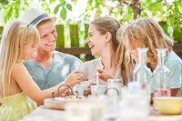 Familie und Kinder beim Kaffee trinken