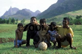 Kinder beim Fussball Spiel im Zentralen Gebierge der Insel Mauritius