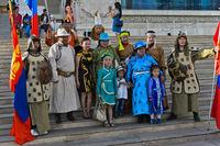Familienfoto in Festtagskleidung am Festival der mongolischen Nationaltracht