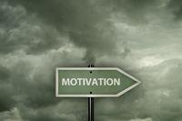 das wort motivation auf schild vor wolkigem himmel