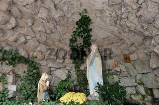Marienfigur in einer Lourdesgrotte