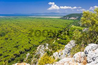 Typische Landschaft der Maremma mit Bewässerungkanal, Toskana, Italien