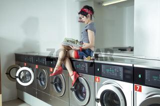 Sexy Frau im Waschsalon