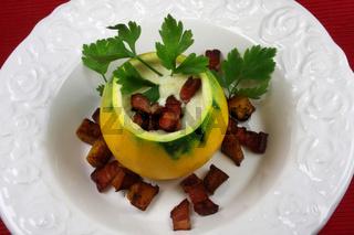 Zucchinigangerl , Zucchinisuppe mit Speck