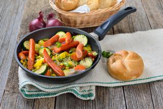 Gemüsepfanne mit Debreziner