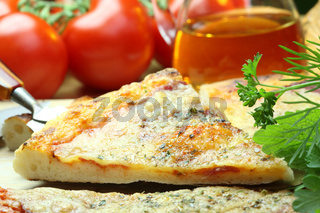 Pizza und Gemüse.