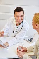Arzt mit Tablet Computer in Sprechstunde