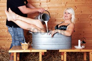 Frau badet in Milch 270