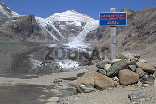 Schild über den Gletscherstand vom Jahre 2005 am Pasterze-Gletscher, hinten der Johannisberg, Kaiser-Franz-Josefs-Höhe, Kärnten, Österreich, Europa