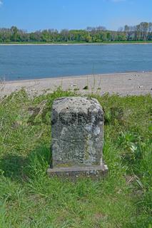 historischer Myriameterstein am Rhein bei Zons,Niederrhein,NRW,Deutschland